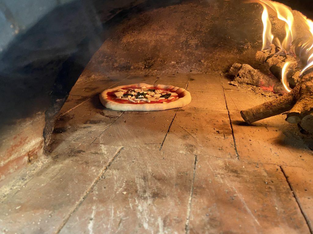 アースオーブンでピザを焼く